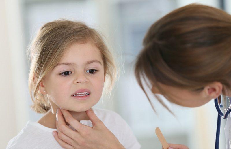 У больного появляются боли в горле, через некоторое время они становятся сильнее, достигая максимума на третий день от начала заболевания